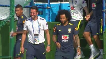 Marcelo aparece de chinelo no treino da Seleção