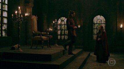 Rodolfo concorda em se aliar a Amália contra Catarina