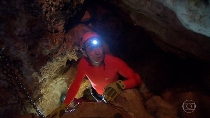 Clayton Conservani explora caverna parecida com a do norte da Tailândia