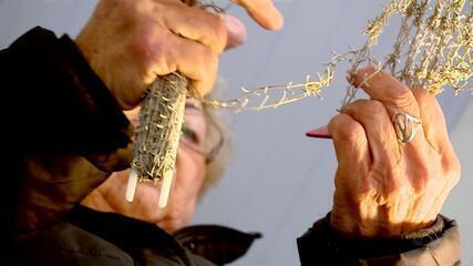 Reaproveitando redes de pesca, artesãs de Pelotas confeccionam produtos para venda