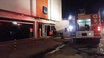 Agência bancária é alvo de ataque incendiário em Fortaleza