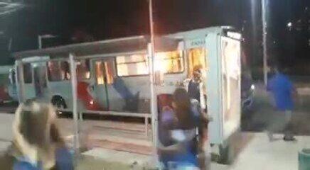 Criminosos expulsam passageiros e incendeiam ônibus em Fortaleza
