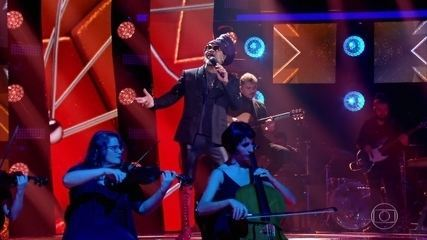 "Carlinhos Brown canta ""O Que Seria"""