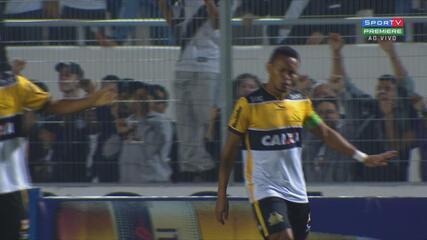 Alex Maranhão marca de falta contra a Ponte Preta, pelo Criciúma