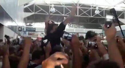 Bolsonaro é recepcionado por eleitores no aeroporto de Porto Velho