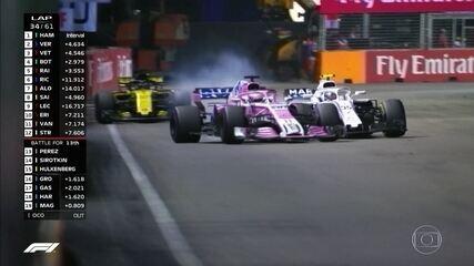 Sergio Perez tenta ultrapassar Siortkin e joga carro em cima do oponente