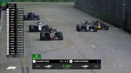 Grosjean briga por posição com Sirotkin e atrapalha Hamilton que vê Verstappen chegar