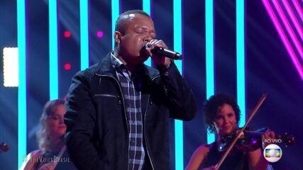 "Edson Carlos canta ""É o Amor"""