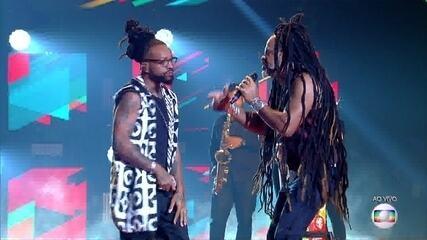 """Carlinhos Brown e Rael cantam """"Sou da Paz"""""""