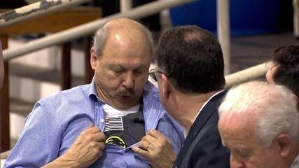 José Carlos Peres vai com colete à prova de balas à votação de impeachment