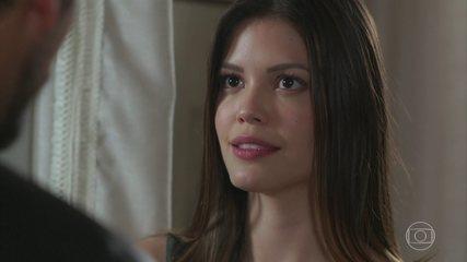 'Espelho da Vida': Alain (João Vicente de Castro) surpreende Cris (Vitória Strada) e a pede em casamento
