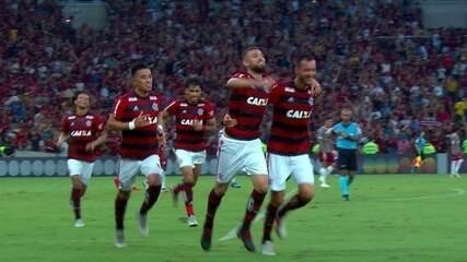 Gol do Flamengo! Vitinho levanta na área e Léo Duarte completa de cabeça, aos 46 do 1º