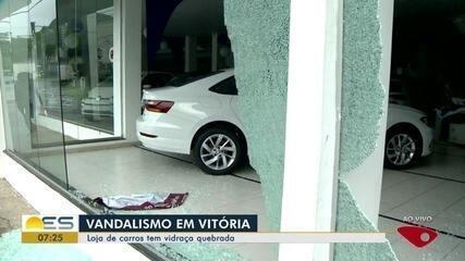 Loja de carros tem vidraça quebrada, em Vitória