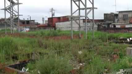 Terreno usado para construção de conjunto habitacional é abandonado em Suzano