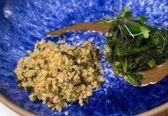 Quinoa com alho-poró e cebolinha