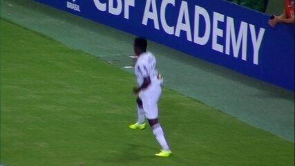 Gol do Atlético-MG! Cazares tabela com Luan, recebe na frente e marca aos 25 do 1º tempo