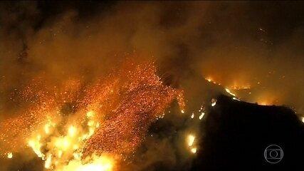 Incêndio devastador se espalha pela Califórnia