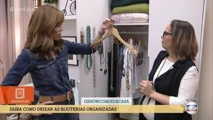 Priscila Sabóia ensina a organizar as bijuterias