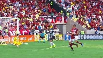 César espetacular! Bruno Henrique cruza, Gabigol chuta e goleiro salva, aos 21 do 2º