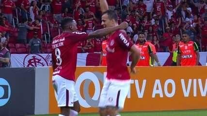Gol do Internacional! Damião deixa Edenílson na cara do gol para marcar, aos 45' do 1ºT
