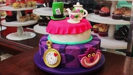 Confeiteira se especializa em produzir bolos criativos em São Paulo