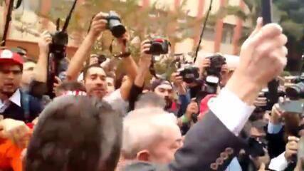 Ex-presidente Luiz Inácio Lula da Silva é recebido com gritos de apoio