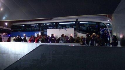 Com fãs de plantão na madrugada, River desembarca em Madrid para a final contra o Boca