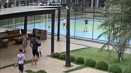 Outra câmera mostra o momento em que o pai carrega o filho no colo em direção à quadra