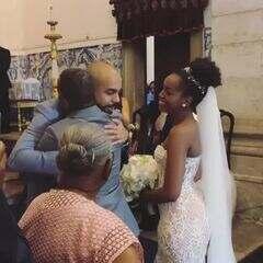 O casal é só sorrisos momentos antes de oficializarem o matrimônio!
