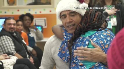 Barack Obama entrega presentes de Natal para crianças em hospital em Washington, nos EUA