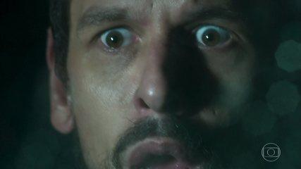 Alain (João Vicente de Castro)  tem uma visão de Felipe (Patrick Sampaio) e se acidenta