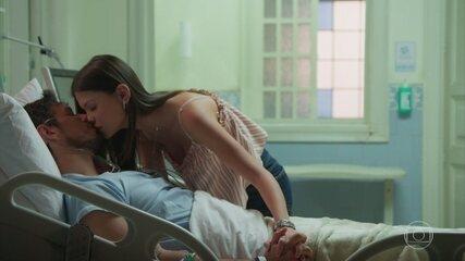 'Espelho da Vida': Alain (Vitória Strada) pede para Cris (Vitória Strada) não deixá-lo