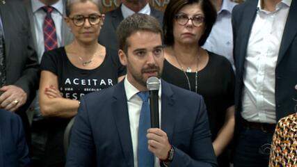 Eduardo Leite assina primeiros seis decretos no RS, com foco no corte de gastos