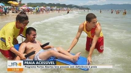 Programa Praias Abertas dá acessibilidade para cadeirantes entrarem no mar em SC