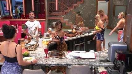 Gustavo brinca com Carolina: 'Já avisou Ivetinha para vir fazer um show para nós?'