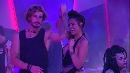 Alan dança com Hana na Festa Arte