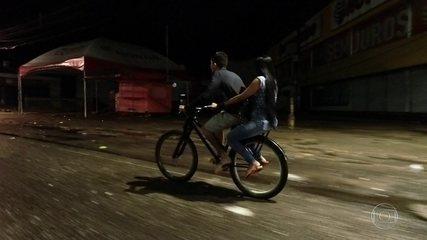 Por amor, homem pedala 72 km por dia para levar e buscar a mulher no trabalho