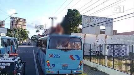 Homem com transtorno mental sobe em teto de ônibus e Polícia é acionada