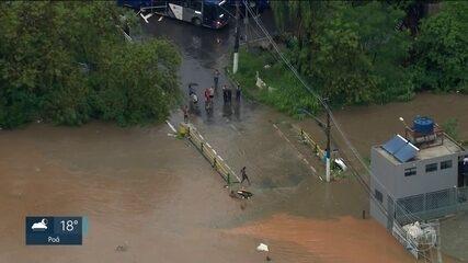 Chuva provoca transbordamento de córregos e alagamentos em São Paulo