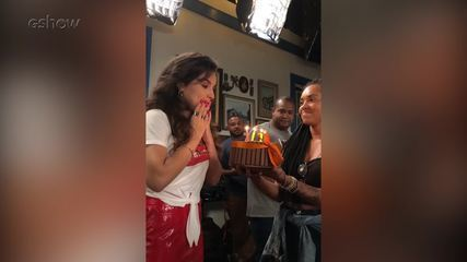 Kéfera ganha bolo de aniversário nos bastidores de 'Espelho da Vida'