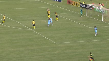 Gol do Londrina! Germano pega o rebote na área e abre o placar, aos 17 minutos do 1º tempo