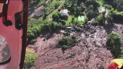 Bombeiros arriscam a vida na busca por sobreviventes
