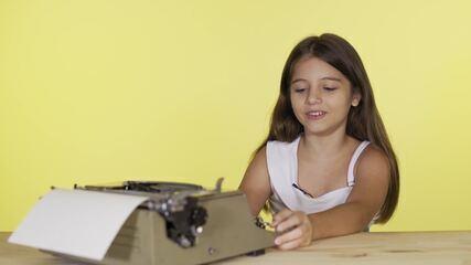 Elenco infantil de Verão 90 se diverte com objetos da época