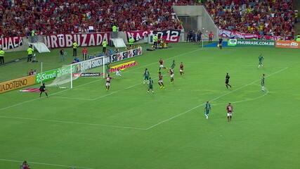 Dentro da área, Uribe ajeita para Gabigol, que fura. Éverton Ribeiro pega rebote e chuta forte para o travessão, aos 34' do 2ºT