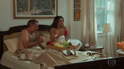 Janaína (Dira Paes) se diverte assistindo ao filme do Hércules Gatão, em 'Verão 90'