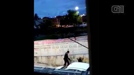 PM investiga vídeo de policial dando chicotadas em mulher no Lagamar