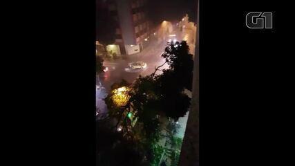 Chuva destrói árvores em Copacabana, no Rio