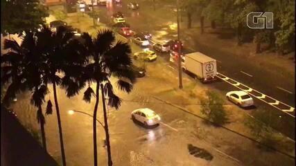 Vias da Lagoa inundadas forçam motoristas a passarem por bolsões d'água