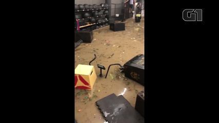 Chuva inunda academia de crossfit no Rio de Janeiro