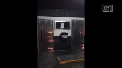 Água escorre por elevadores no Alto Leblon